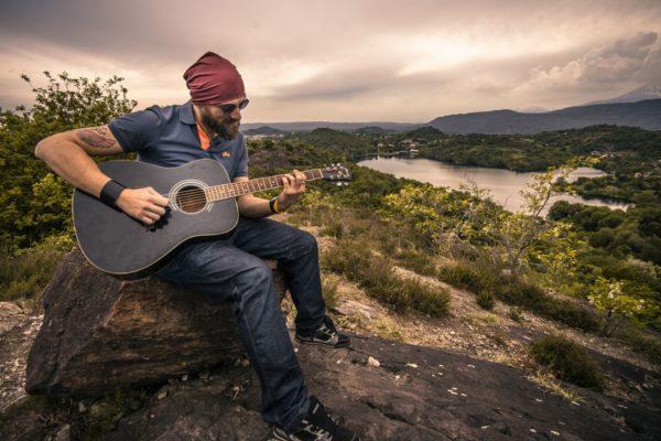 Mężczyzna grający na gitarze. Widok.