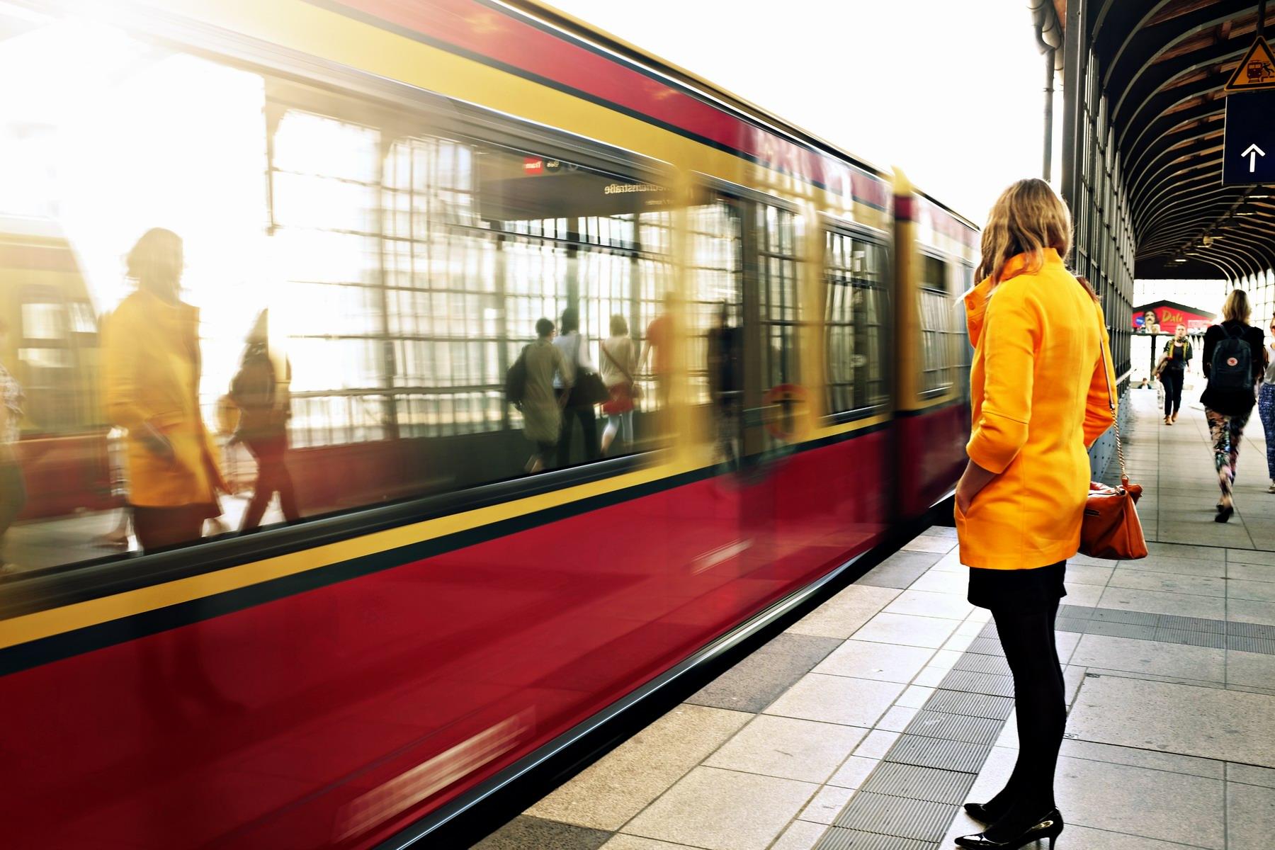 Kobieta czekająca na pociąg.