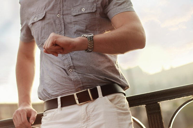 Mężczyzna spoglądający na zegarek.